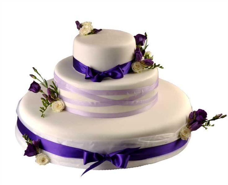 Svatební dort 41 Třípatrový svatební dort, o rozměrech 18 cm, 32 cm a 52 cm, obalen fondánem, dozdoben saténovými stuhami, kombinací růží, eustomy a frézií