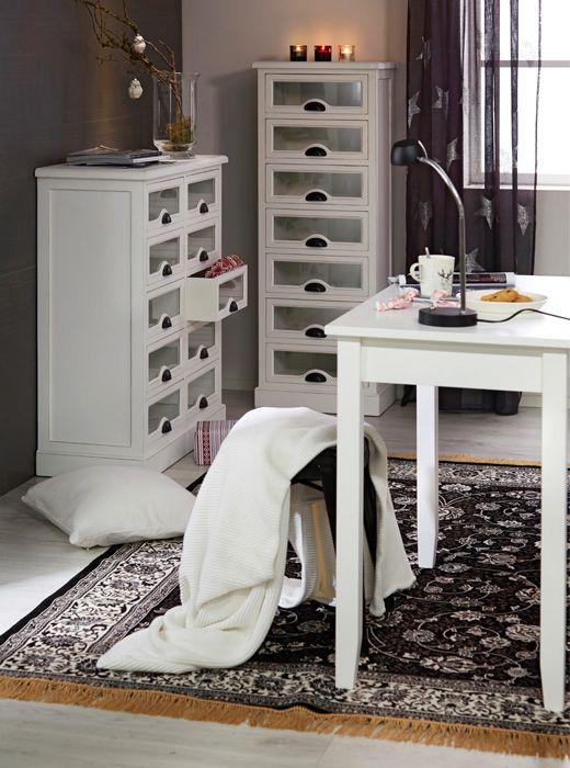 Maalaisromantiikkaa henkivissä Anjou -huonekaluissa on näyttävinä yksityiskohtina mustat metallivetimet. https://www.hobbyhall.fi/web/store/koti-ja-sisustus?utm_medium=pin&utm_campaign=j8_2014&utm_source=pinterest&utm_content=fiiliskuvat