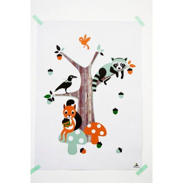 Poster per bambini con dei allegri amici della foresta il scoiattolo, il corvo e il procione. Il poster dell'illustratrice olandese Miss Honeybird è stampato su bianco, con colori ghiaccio blu, arancione e verde.