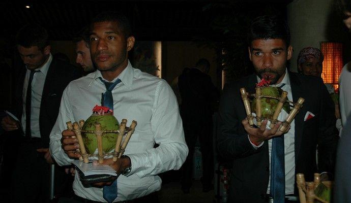 Croácia em Praia do Forte . Brasileiros, Sammir e Eduardo da Silva receberam água de coco em recepção na Bahia (Foto: Yordan Bosco/Divulgação)(Foto: Divulgação)