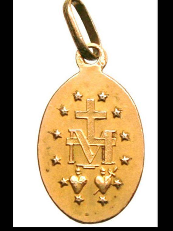 Heilige Maagd Maria Vintage verguld miraculeuze religieuze medaille op zwarte satijn koord. Portret van de Heilige Maagd Maria aan de voorzijde. Op de keerzijde, de 12 sterren, heilige harten en Marial monogram. Meet 16 mm of 0.62 met de baal. Verguld.