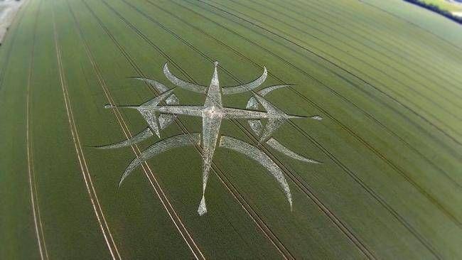 Crop circle :Un autre nouveau mystérieux agroglyphe est apparu dans un champ près de Stonehenge. Cette conception est seulement à environ un kilomètre