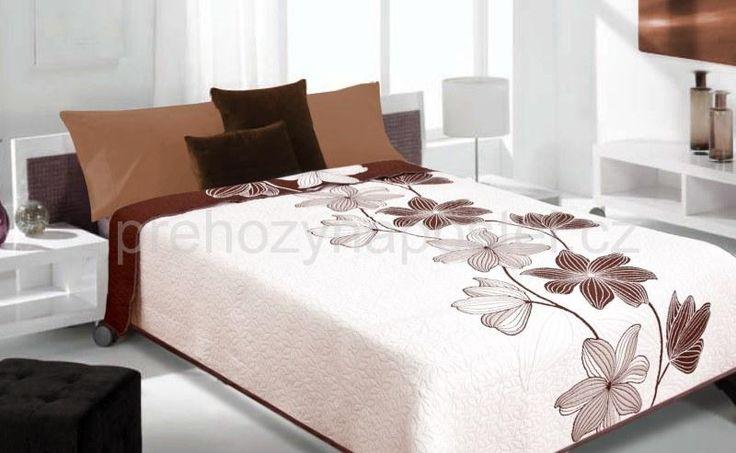 Květované přehozy na postel oboustranné béžové s hnědými květy