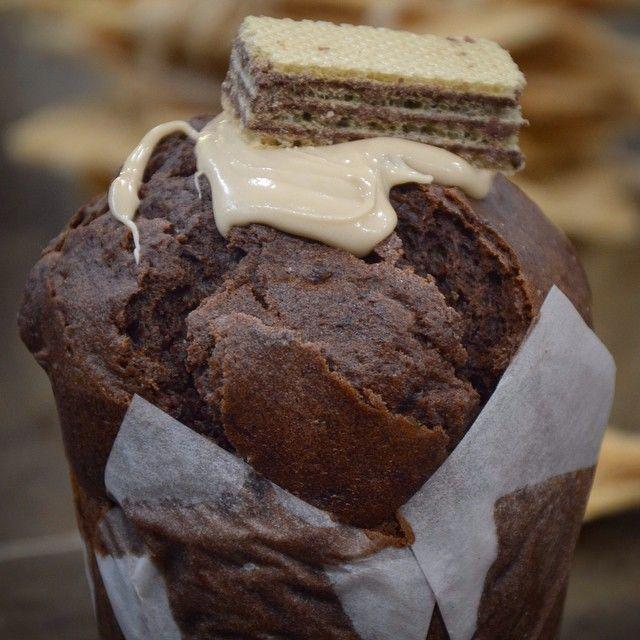 King Muffin! Muffin με κακάο, φύλλα γκοφρέτας, γεμιστό με πραλίνα Bueno!