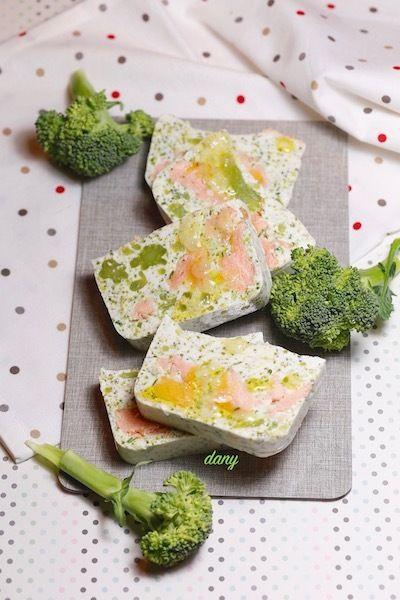 Préparation : 20 min Cuisson : 5 min Pour 8 personnes : -3 filets de saumon (600 g environ) -1 pincée de gingembre en poudre -Huile d'olive -1 filet de citron -1 beau brocoli -4 yaourts crémeux -20 cl de crème -4 g d'agar-agar -3 cuillères à soupe d'herbes...