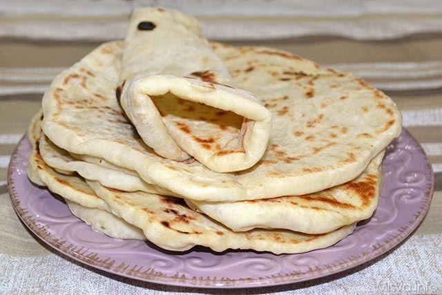 Pane pita Ingredienti per 8 persone: 500 gr di farina 00 300 gr di acqua 20 gr di lievito di birra 2 cucchiaini di sale olio di oliva
