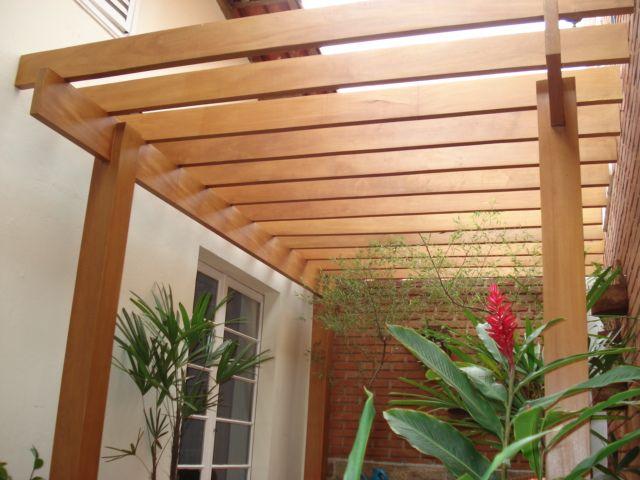 Garagem com pergolado de madeira, vidro e policarbonato