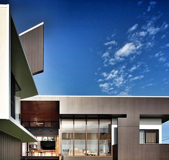 New design snippet now live on the site! A stunning example of modern Australian architecture designed by @shaunlockyer Architects this home is an efficient and economical construction built in inner-city Brisbane enjoying views to the Gateway Bridge.  #australianarchitecture #architecture #exteriordesign #brisbane #scyonwalls