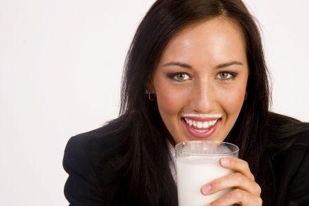 Kravské mlieko a mliečne výrobky ako skvelý zdroj vápnika je jeden ťažko stráviteľný mýtus. Mýtus podporovaný chutnučkými reklamami na mlieko, ktorý úplne potláča informácie o ďalších, oveľa prijateľnejších a prospešnejších zdrojoch vápnika. Prečo je intolerancia laktózy prirodzený jav, prečo deti dokážu mlieko stráviť a dospelí nie? Aké sú zdravé zdroje vápnika? Čo spôsobuje nedostatok vápnika?... Čítajte viac