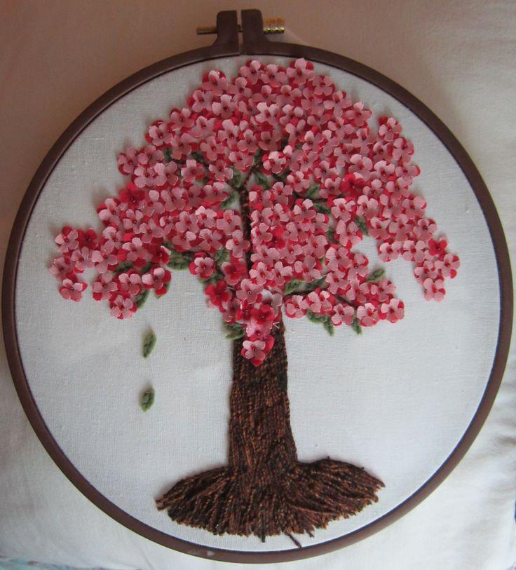 Árbol hecho con recortes de tela. mostacilla y bordado el tronco.