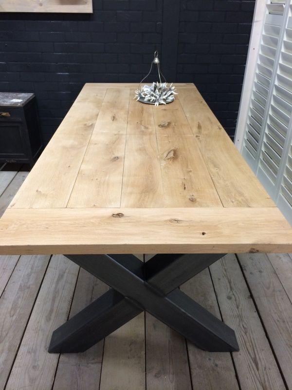 Industriële tafel met een eikenblad en een stalen X onderstel 230x100 E610,-