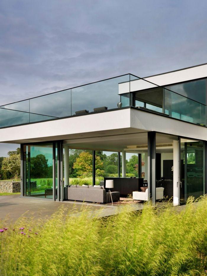 glas-geländer-überdachte-terrasse-modernes-neubauhaus-mit-garten ...