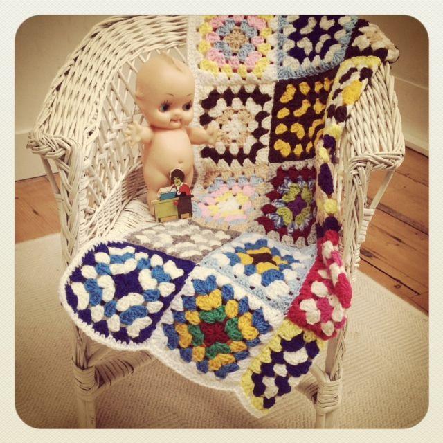 petit bazar vintage kewpie popje handgemaakt granny square dekentje voor baby rieten kinderstoeltje handgemaakte magneet van puzzelstukje