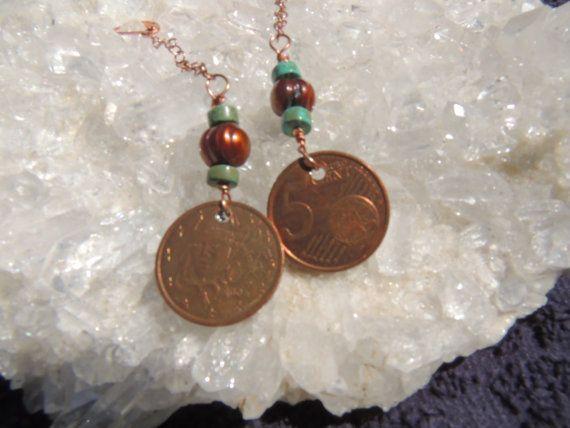 orecchini di rame di 5 centesimi euro moneta condite con perla circondata da turchese