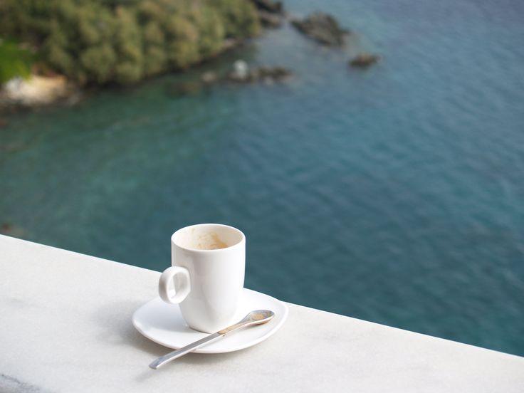 Στο μπαλκόνι με θέα και καλό καφέ...