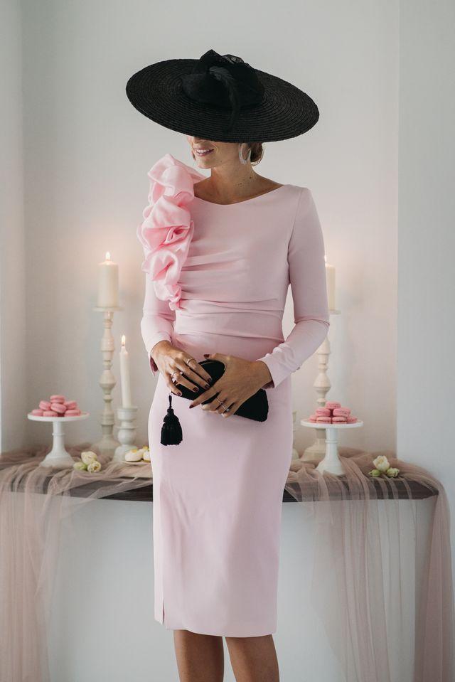 Hoy tenemos un look espectacular para este viernes, un vestidazo de Fernando Claro Costura que me recuerda a un algodón de azúcar con ese original volumen en el hombro. Lo combiné con complementos en