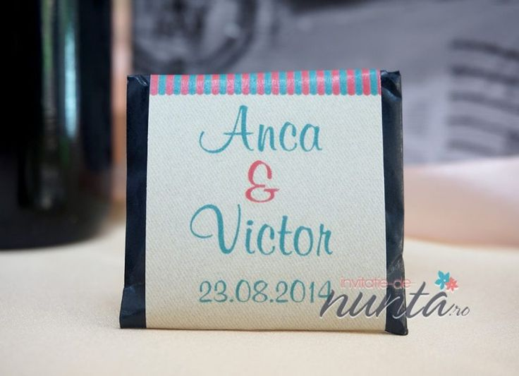 Marturie de nunta tableta de ciocolata Kiosk, decorata cu o eticheta in stilul unui mic butic pentru dulciuri. Eticheta se personalizeaza cu numele mirilor si data nuntii.