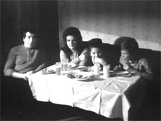 """"""" Facing a family """" La pieza """"Facing a Family"""" (1971) fue una de los primeros ejemplos de intervención televisiva y videoarte en emisión. El vídeo, emitido en el programa de la televisión austríaca """"Kontakte"""", muestra a una familia austríaca burguesa viendo la TV durante la cena. Cuando otras familias de clase media veían este programa en TV, la televisión actuaría como uin espejo a su propia experiencia, complicando la relación entre sujeto, espectador y la televisión."""