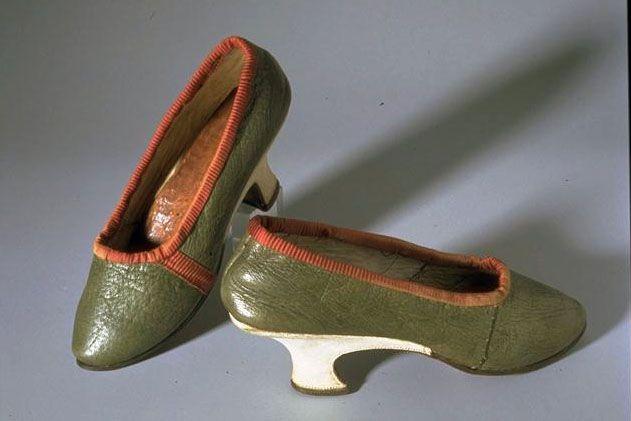 DAMENSCHUHE LM-6707.4 Damenschuhe. Grünes Leder mit roter Einfassung, weisser Lederabsatz. Hersteller unbekannt. Herkunft: Zürich. Leder. Um 1770 - 1780. Masse: Länge 24 cm. (LM-6707.4)
