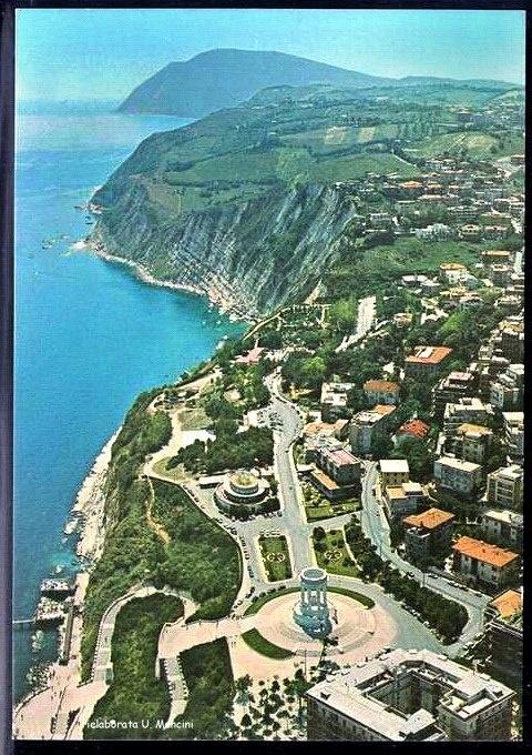 In primo piano il Monumento ai Caduti (Ancona, zona Passetto) e la spiaggia sottostante,sullo sfondo il Monte Conero