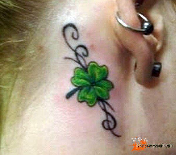 татуировка клевер за ухом