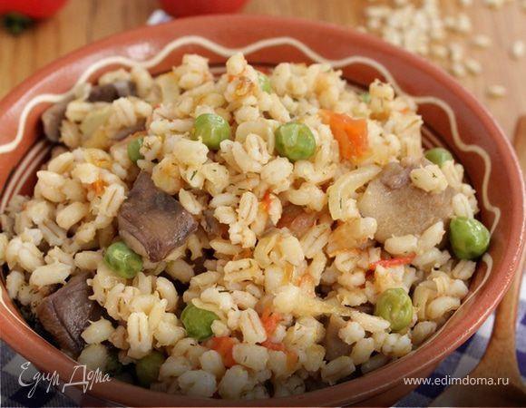 Паэлья из перловой крупы и лесных грибов. Превратите простую перловую крупу в яркую и сытную интерпретацию испанского блюда. Получится вкуснее, если использовать лесные грибы, например, опята или маслята. Добавьте зеленый горошек, помидоры и пару зубчиков чеснока для аромата. Приятного аппетита! #готовимдома #едимдома #кулинария #домашняяеда #паэлья #перловая #крупа #постное #блюдо #длявсейсемьи #помидоры #зеленыйгорошек