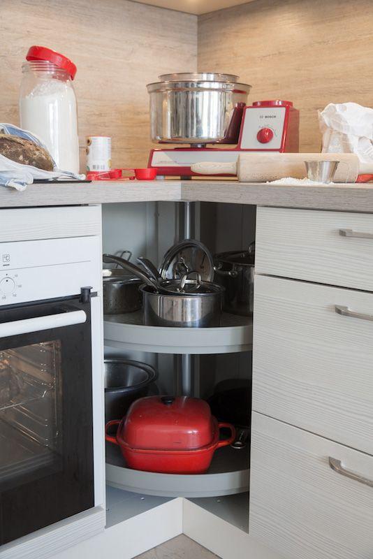"""Köket: kastruller, stekpannor och bunkar - projekt vecka 3. Projekt från boken """"Organisera och förvara hemma - ett projekt i veckan"""". Foto: Ulf Huett"""