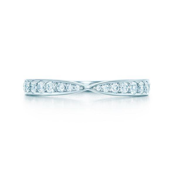 Tiffany & Co.(ティファニー)の結婚指輪、ティファニー ハーモニー ダイヤモンド バンドリングのご紹介です。「ティファニー ハーモニー ダイヤモンド バンド エンゲージメント リング」にぴったり合うようにデザインされたダイヤモンド バンドリング。愛し合うふたりが寄り添うかのように重なり合い、その名の通り美しいハーモニーを奏でる。ダイヤモンドの繊細で優雅な輝きが、フェミニンな手元を演出。【ゼクシィ】なら、Tiffany & Co.(ティファニー)のマリッジリングも多数掲載中。