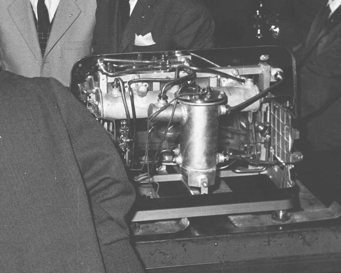 Faema-Maschine, Modell TRR aus dem Jahre 1959, drei Brühgruppen. Die Bezeichnung Termo Rimessa Regolata (geregelte Temperaturrückführung) oder Termo Riscaldamento Regolato (geregelte Temperaturerhöhung) ist darauf zurückzuführen, daß die Brühgruppen mit Flanschen ausgestattet waren und ihre Temperatur nicht durch Dampf, sondern durch Wasser gehalten wurde, das über den waagerechten Heizkessel direkt in die Hohlräume floss. Die Maschine war außerdem mit einem zweiten Heizkessel für Dampf…