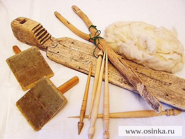 То, что нужно для прядения – прялка, веретена, гребенки для чесания шерсти и…
