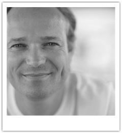 Raymond Witvoet ontdekt in de rol van Innovatie Adviseur bij Syntens samen met andere mensen waar de toegevoegde waarde van   organisaties zit. Belangrijke middelen hierbij zijn technologie en Sociale Media. Hij noemt zichzelf een nieuwe media realist en mensenkracht/sociale innovatie supporter. Daarnaast (of bovenal) is hij vader, alpine snowboarder en kitesurfer. Hij organiseerde mede vier keer de Energiedag van MKB Krachtcenrale waar hij de kracht van Social Media elke keer zag toenemen.