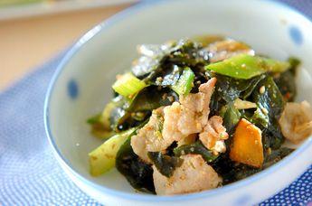 ニンニク、ショウガ、セロリなど香味高い食材が入った炒め物。ラーメンにのせても♪