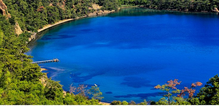 Datça anlatılmaz yaşanır. Datça 'nın En güzel Play ve Koyları , Gezilecek Yerleri, Tarihçesi , ve Nasıl Gidilir ? Datça'nın Konumu Ve Özellikleri; Datça, Ege bölgesinde, 446 km2 alanı olan ve sahil şeridi 235 km uzunluğunda dantel gibi işlenmiş, irili ufaklı koylardan oluşan sahile sahip Muğla ilinin harika bir İlçesidir. Akdeniz ikliminin hâkim olduğu Datça, dağlık ve el değmemiş ormanlık alanlarının denizle buluşmasındaki olağanüstü doğal güzelliği, yeşil ovaları ile bağ kurmakta ve bak...