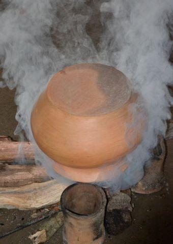 Proceso de ahumado de una tinaja recién quemada ( Vaupés - Colombia)