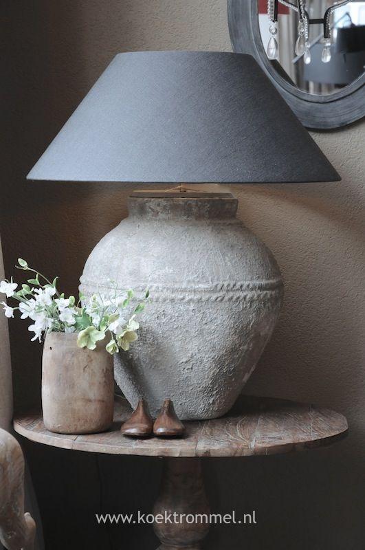 lamp op klein rond tafeltje met klein vaasje met bloemen,met houten schoentjes.