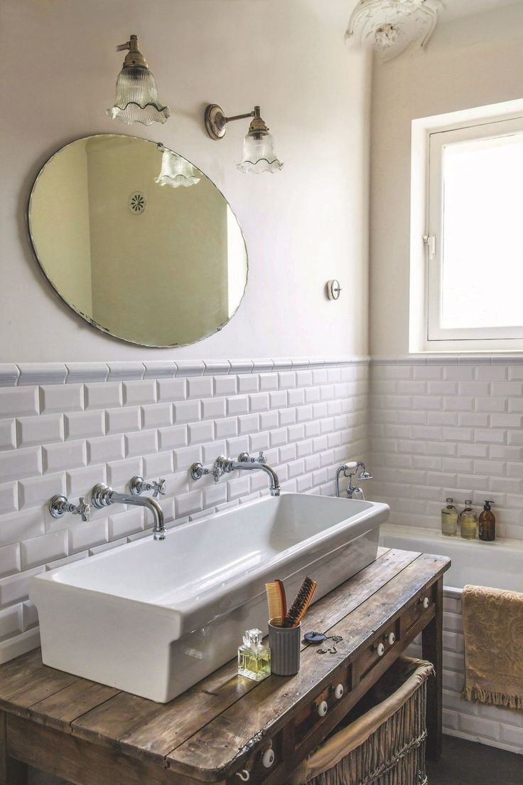 Retro… W starych kamienicach i domach urządzonych ze sporą nutą nostalgii idealnie odnajdują się łazienki o klimacie vintage. W opozycji do higienicznych białych mebli na wysokich połysk, w tym wariancie preferujemy raczej surowe, poniszczone szafki o wyraźnej, nagryzionej zębem czasu strukturze drewna.   #aranżacjałazienki #dekoracje #dodatki #DecoArt24