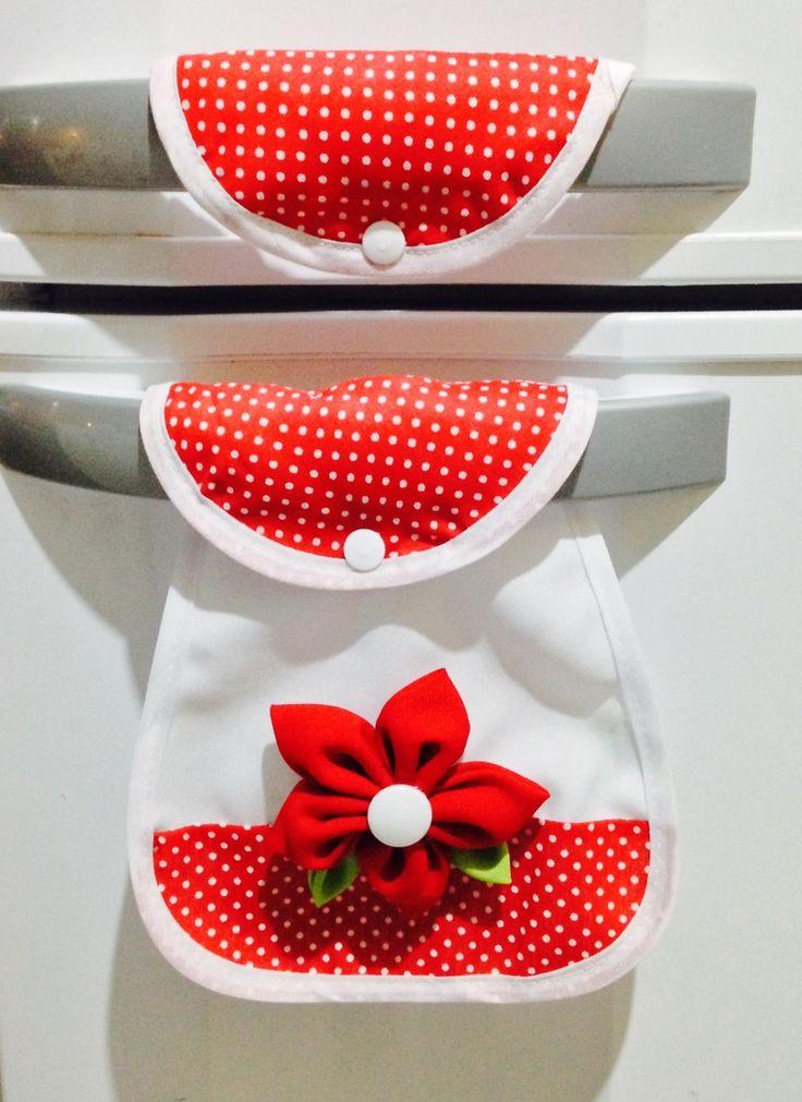 Lindo Puxador de Geladeira colorido com flor de pano, perfeito para alegrar sua cozinha e dar um novo visual a seu eletrodoméstico. <br> <br>Contém: Parte de Cima e Parte de Baixo pelo valor do produto. <br> <br>PROMOÇÃO PUXADOR COM DESCONTO! <br>Pedidos 3-10 unidades R$8,90 <br>Pedidos 11-20 unidades R$ 8,50 <br>Pedidos 20-50 unidades R$ 7,90 <br>Pedidos 50+ unidades R$ 7,50 <br> <br>Pedido mínimo: 3 unidade. Preço referente à unidade. <br> <br>ATENÇÃO: Nossos Produtos são a pronta…