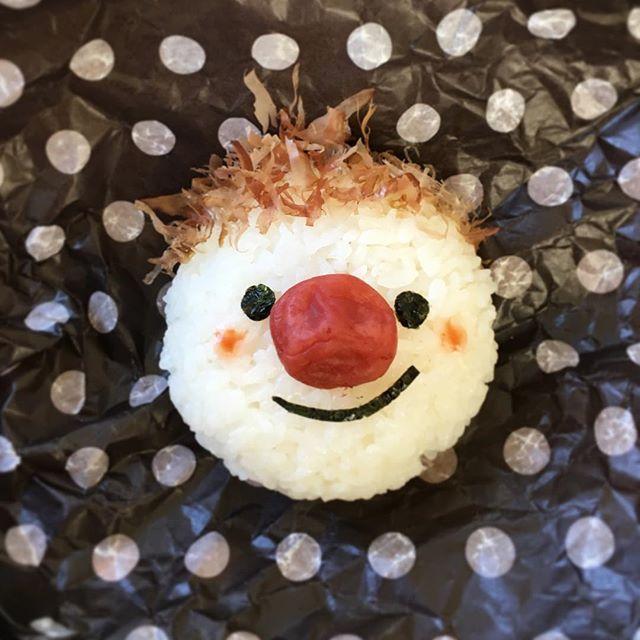 こんにちは♪♪ * * いつも可愛らしい顔おにぎりを作ってる @mari.asakanon マリちゃんのpicを参考に作ってみたものの✂️やっぱり不器用な私にはコレが限界⁉︎ 手がブルブル震えてムリ〜 * * こんな感じでも大丈夫かな… #おにぎりアクション2016 に参加させてもらいます * 1人でも多くの子供達に笑顔が届きますように…❤️ * * P.S…あ!コレは旦那がお昼にニンマリした顔で食べてましたよ〜笑 * * #onigiriaction #OnigiriAction #onigiriaction2016 #おにぎり #おむすび #顔おにぎり #オニギリ #顔むすび #食育 #可愛い #朝時間 #キャラごはん #おうちごはん #昼ごはん #クッキングラム #デリスタグラマー #ロカリキッチン #みんなで握ろう #新米 #梅干し #笑顔 #キナリノ #onigiri #foodkurashiru #lin_stagrammer #kaumo #japanesefood #instafood #instapic