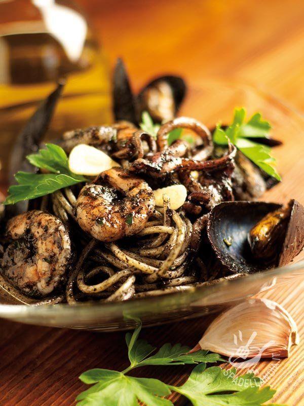 Spaghetti with squid ink - Gli Spaghetti al nero di seppia, cozze e gamberi sono perfetti per quando si ha nostalgia del sapore del mare a tavola. Provateli: saranno un successo! #spaghettialnerodiseppia