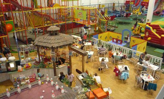 Family Fun ist der coolste und größte Outdoor- & Indoor-Spielplatz plus Pizzeria in Wien. Wir bieten Spass, Unterhaltung und gutes Essen für die ganze Familie.  Wir bieten Euch auf ca. 8000m2 viele Attraktionen für Spiel und Spass.