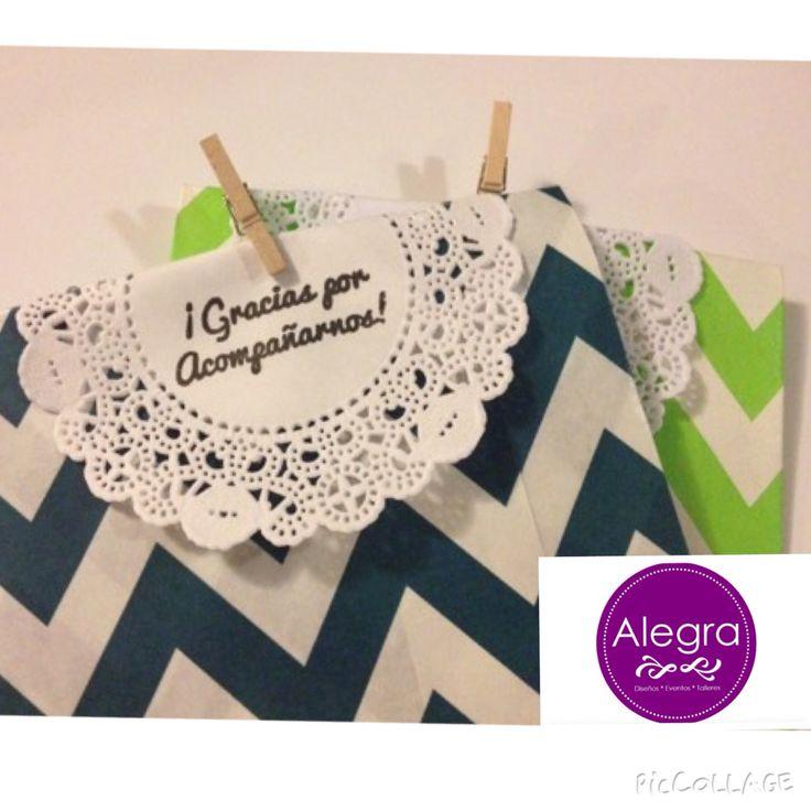 """Precio $12.50 de venta en www.alegrafiestaboutique.com  Bolsita de papel kraft con blonda y pinza, con la leyenda de """"gracias por acompañarnos""""  para decorar tu evento.  #bolsita #recuerdo #mesadedulces #zigzag #kraft #blonda #gracias #detalle #vintage #lindas #bolsitas  #boda     Envíos a toda la República Mexicana.  Contamos con gran variedad de colores."""