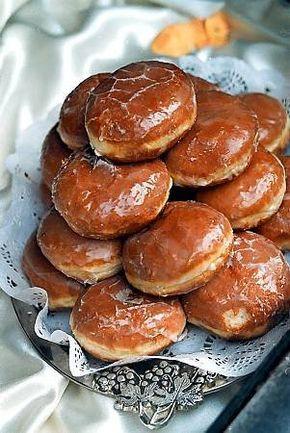 Pączki serowe 60 dag mąki 40 dag tłustego sera twarogowego 12 dag margaryny 15 dag cukru 2 dag drożdży 1 łyżeczka proszku do pieczenia 2 łyżki śmietany 4 jajka 3 łyżki mleka 1 torebka cukru waniliowego (1,6 dag) sól 3/4 szklanki konfitur lub dżemu 0,5 kg smalcu do smażenia 1 szklanka cukru pudru do posypania