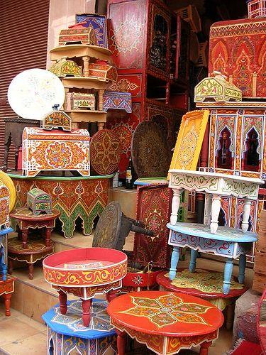 Moroccan painted Furniture Super leuk en vrolijk zijn deze tafeltjes. Te koop oa in Marrakech in de medina.