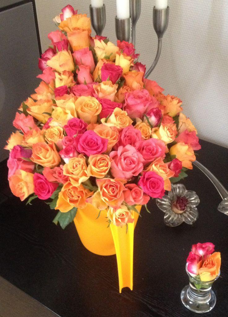 Solskinsbuket, 77 (80) roser i vandkande.