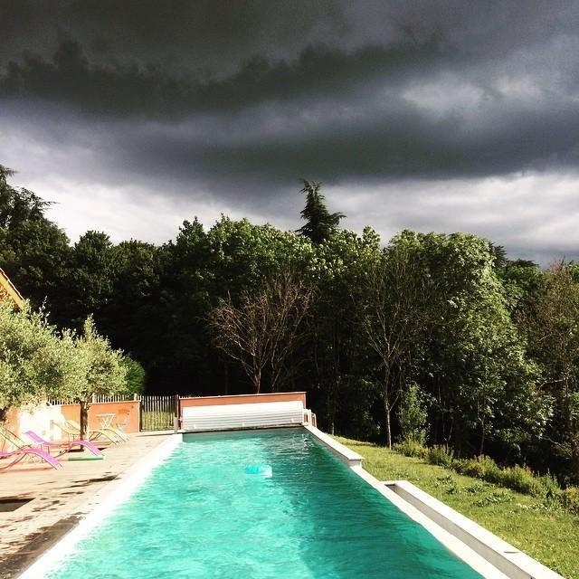 #piscineturquoise #orage #bonheurboheme www.bonheurboheme.fr La piscine de rêve : couloir de nage 20 mètres, bassin de nage tout en longueur!