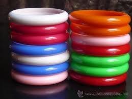 Pulseras de plástico de colores