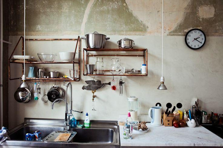 Pourquoi ne pas essayer une déco minimale et authentique avec des tubes en cuivre? Why not try this minimal yet authentic look with copper pipes? #cuivre #copper #kitchen #cuisine #design