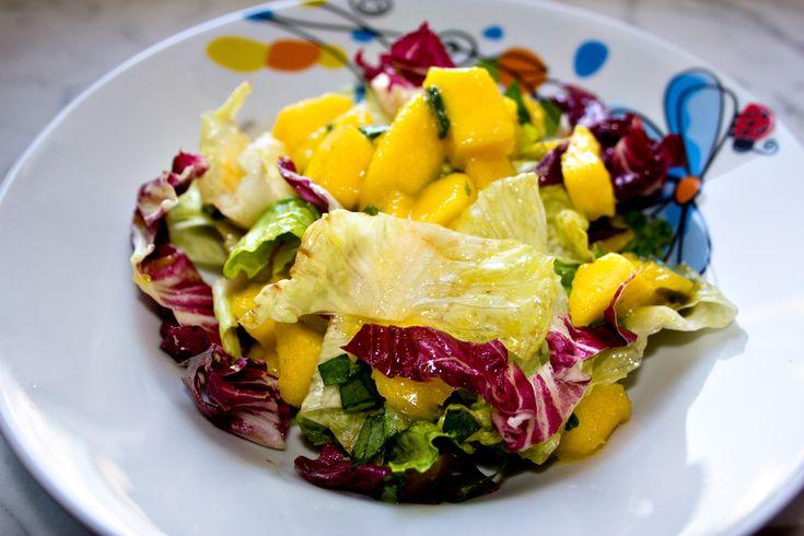 Salat mit marinierter Mango und Basilikum