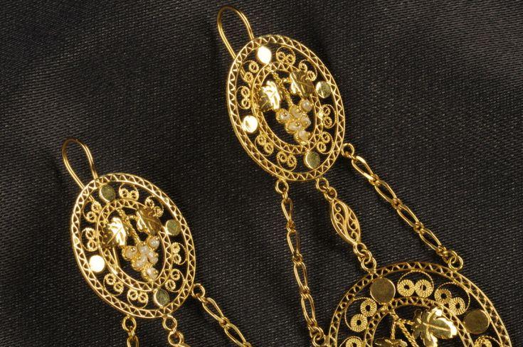 Orecchini in filigrana d'oro e perline, produzione di alta oreficeria sarda. Produzione laboratorio orafo Marrocu di Villacidro (CA).