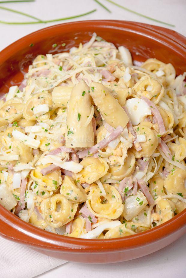 Een lekkere salade met kaastortellini, witte asperges, ham, prei en ei. Probeer daar maar eens vanaf te blijven!